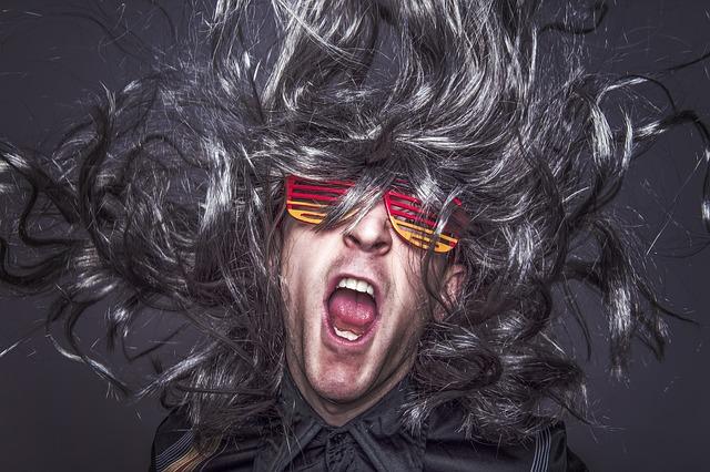 hudebník s brýlemi