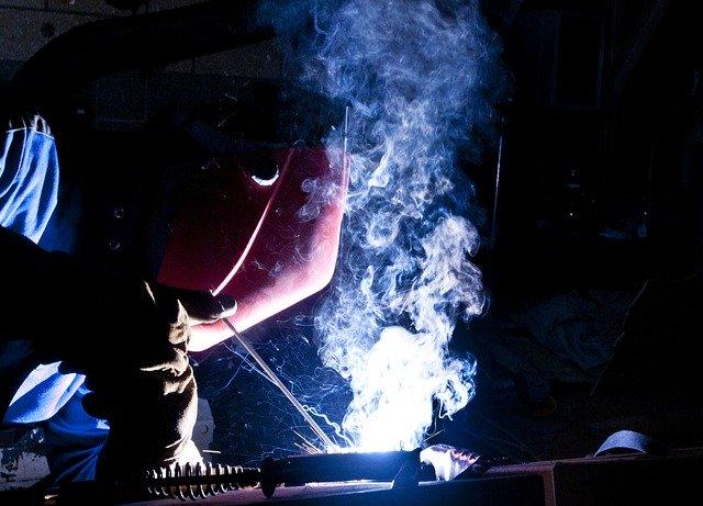 pracující svářeč