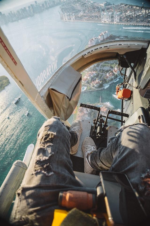 let vrtulníkem, pod nohama moře, pobřeží a město